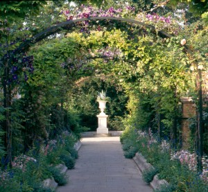 Bloemenbogen in de Secret Garden (Foto: Royal Parks, London)