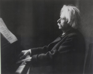Grieg achter piano in 1907.
